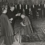 Angelo Roncalli în Franța. În fotografie, primește bereta de cardinal de la președintele Franței, Vincent Auriol