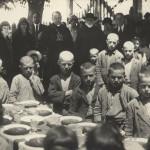 """Angelo Roncalli, vizitator apostolic în Bulgaria. În fotografie, la una dintre """"cantinele papei""""."""